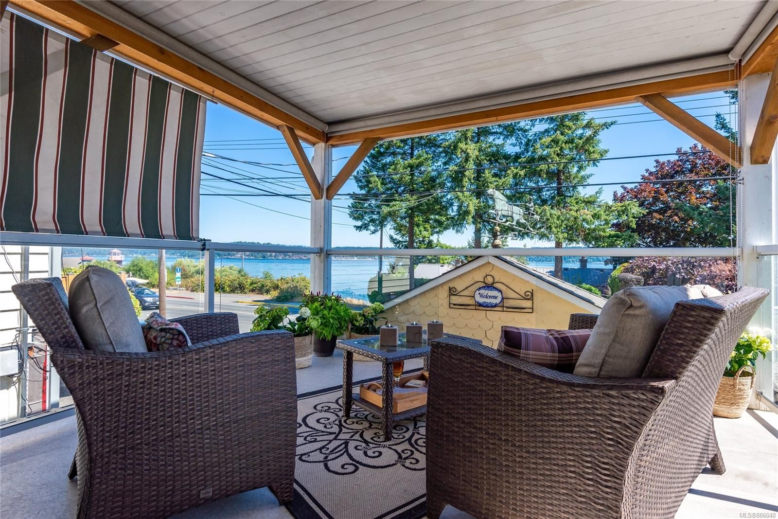 Main Photo: 582 Island Hwy in : CR Campbell River Central House for sale (Campbell River)  : MLS®# 886040