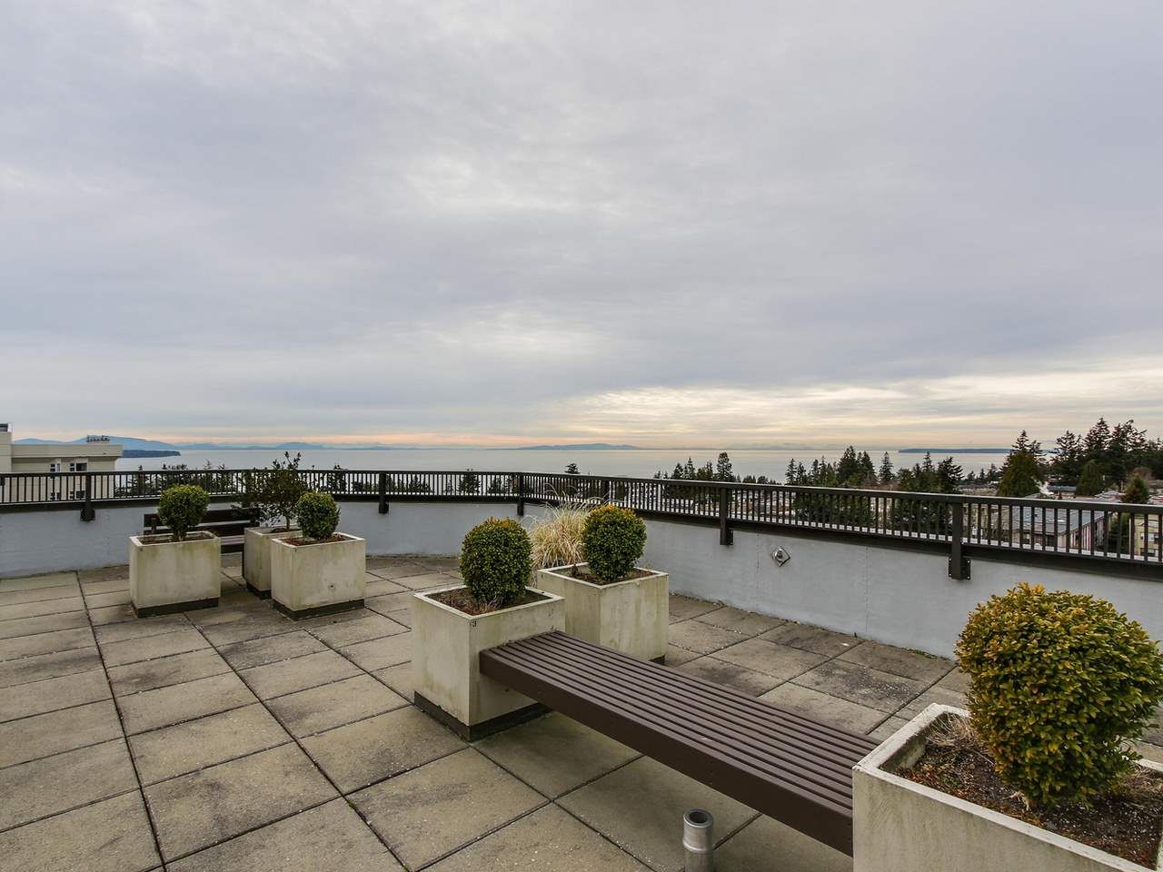 "Main Photo: 402 1480 FOSTER Street: White Rock Condo for sale in ""White Rock Square 1"" (South Surrey White Rock)  : MLS®# R2130654"