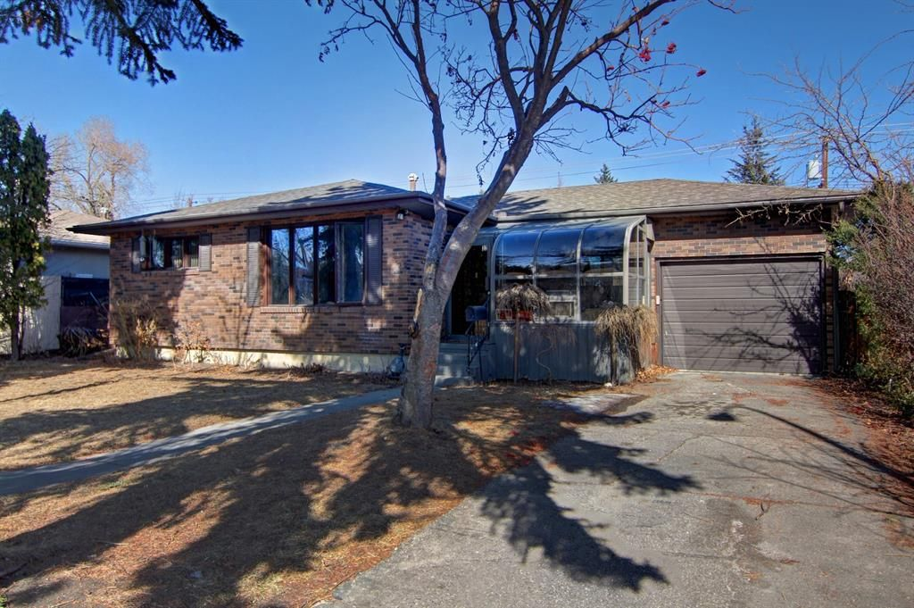 Main Photo: 22 Rossburn Crescent SW in Calgary: Rosscarrock Detached for sale : MLS®# A1083090