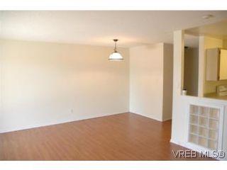 Photo 2: 402 4030 Quadra St in VICTORIA: SE High Quadra Condo for sale (Saanich East)  : MLS®# 510575
