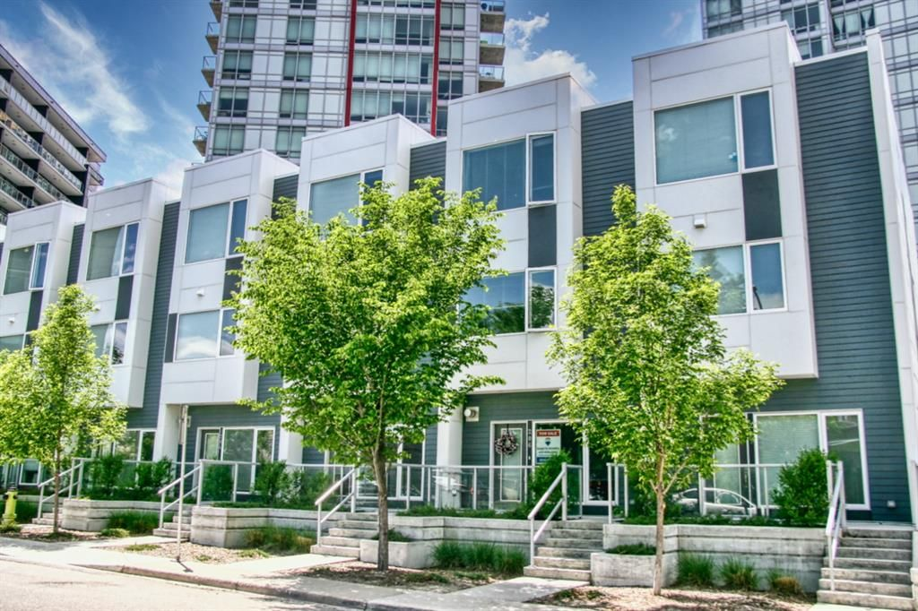 Main Photo: 206 20 Brentwood Common NW in Calgary: Brentwood Row/Townhouse for sale : MLS®# A1129948