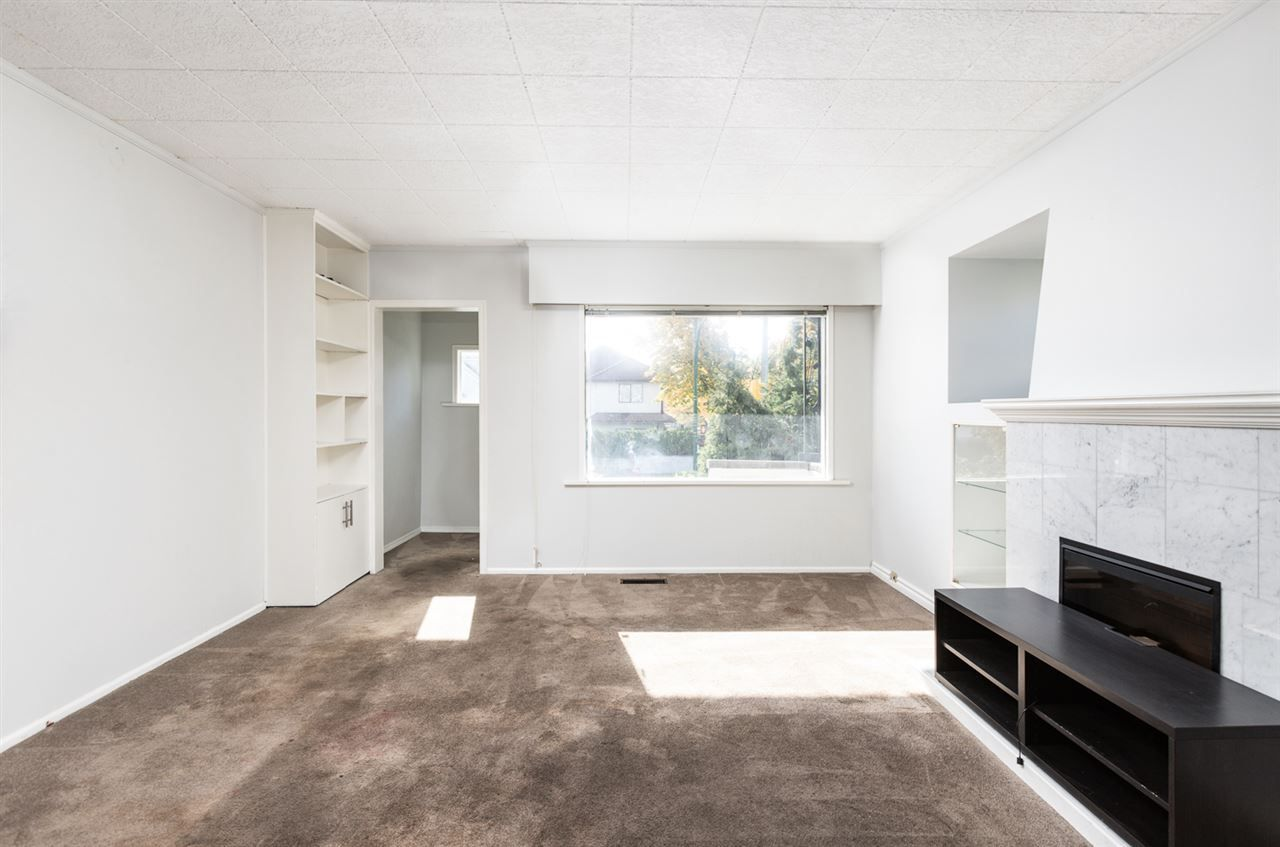 Photo 3: Photos: 2103 E 33RD Avenue in Vancouver: Victoria VE House for sale (Vancouver East)  : MLS®# R2511808