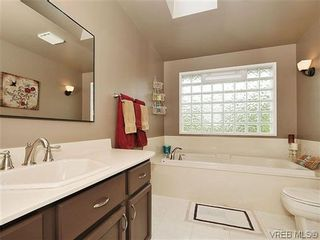Photo 8: 1895 Hillcrest Ave in VICTORIA: SE Gordon Head House for sale (Saanich East)  : MLS®# 641305