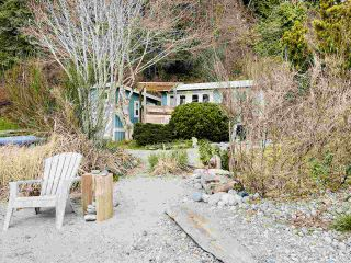 "Photo 2: 2028 OCEAN BEACH Esplanade in Gibsons: Roberts Creek House for sale in ""WHITAKER BEACH"" (Sunshine Coast)  : MLS®# R2546949"