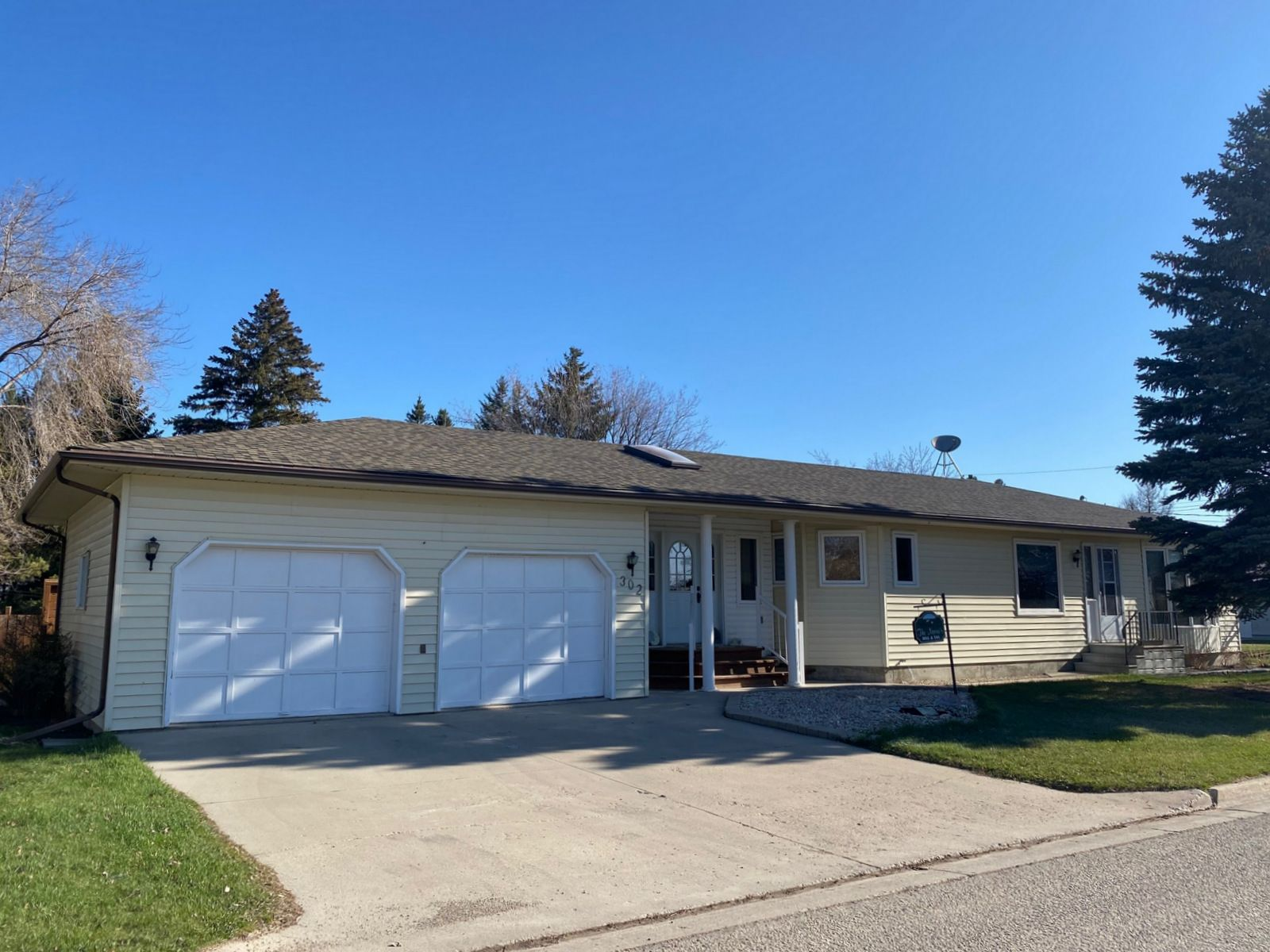Main Photo: 302 Smith Street in Treherne: House for sale : MLS®# 202110581