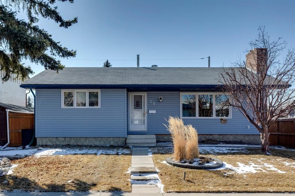 Main Photo: 39 Queen Isabella Close SE in Calgary: Queensland Detached for sale : MLS®# A1085414