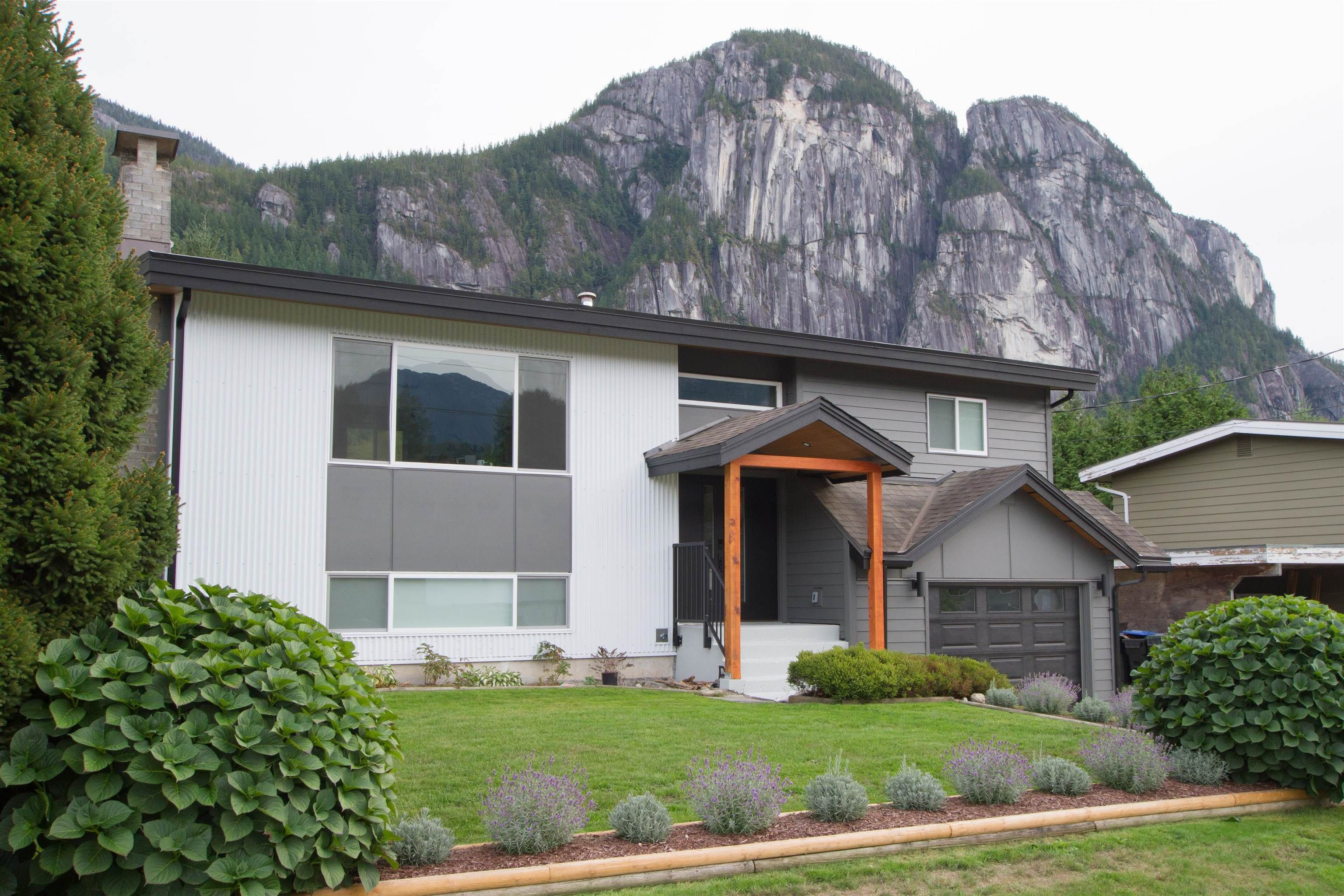 Main Photo: 38148 HEMLOCK Avenue in Squamish: Valleycliffe House for sale : MLS®# R2619810