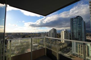 """Photo 8: 1902 5665 BOUNDARY Road in Vancouver: Collingwood VE Condo for sale in """"Wall Centre Central Park"""" (Vancouver East)  : MLS®# R2355553"""