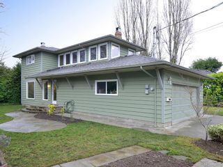Photo 2: 7029 Wallace Dr in Central Saanich: CS Brentwood Bay House for sale : MLS®# 636075