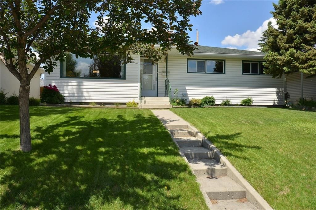Main Photo: 27 Braden Crescent NW in Calgary: Brentwood House for sale : MLS®# C4191763