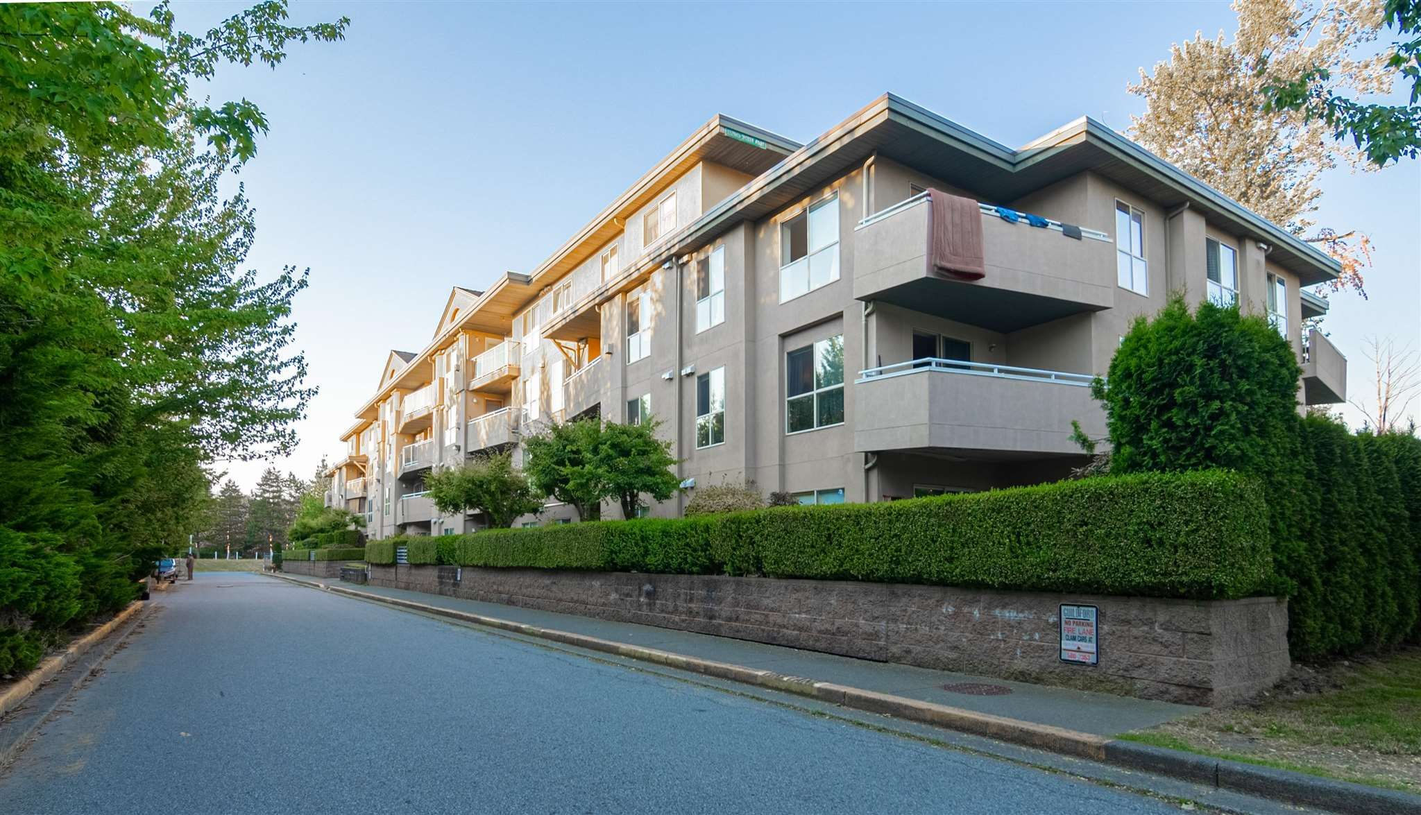 """Main Photo: 210 13780 76 Avenue in Surrey: East Newton Condo for sale in """"Earls Court"""" : MLS®# R2596740"""