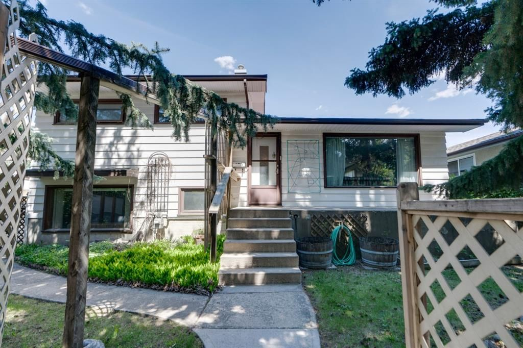 Main Photo: 8008 33 Avenue NW in Calgary: Bowness Detached for sale : MLS®# A1128426
