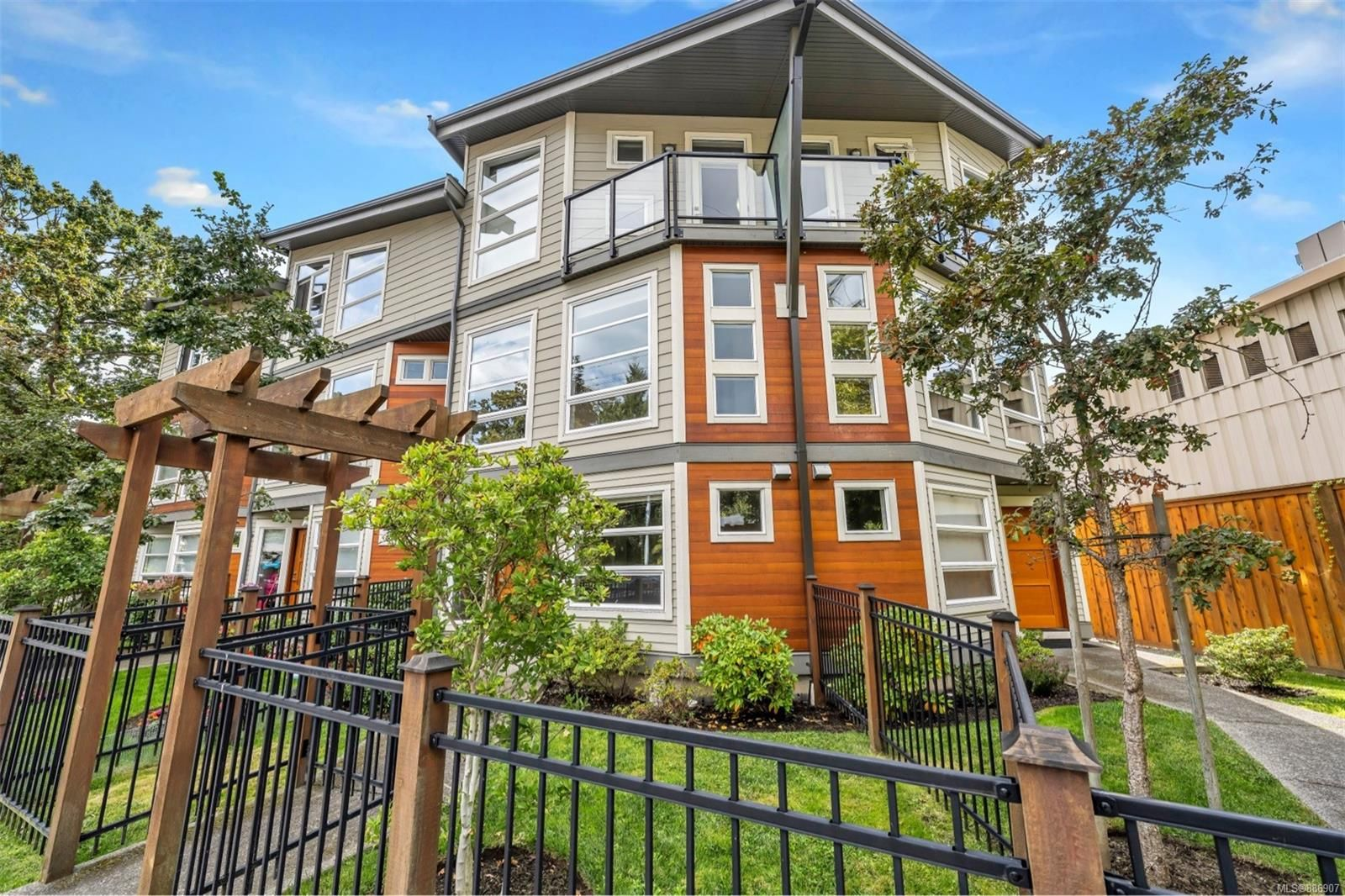 Main Photo: 2 3440 Linwood Ave in Saanich: SE Maplewood Row/Townhouse for sale (Saanich East)  : MLS®# 886907