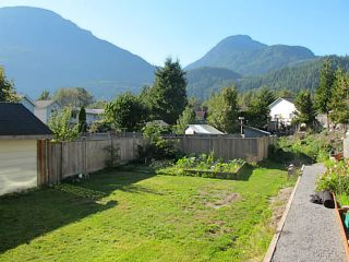 Photo 2: 39741 GOVERNMENT Road in Squamish: Northyards 1/2 Duplex for sale : MLS®# V1026723