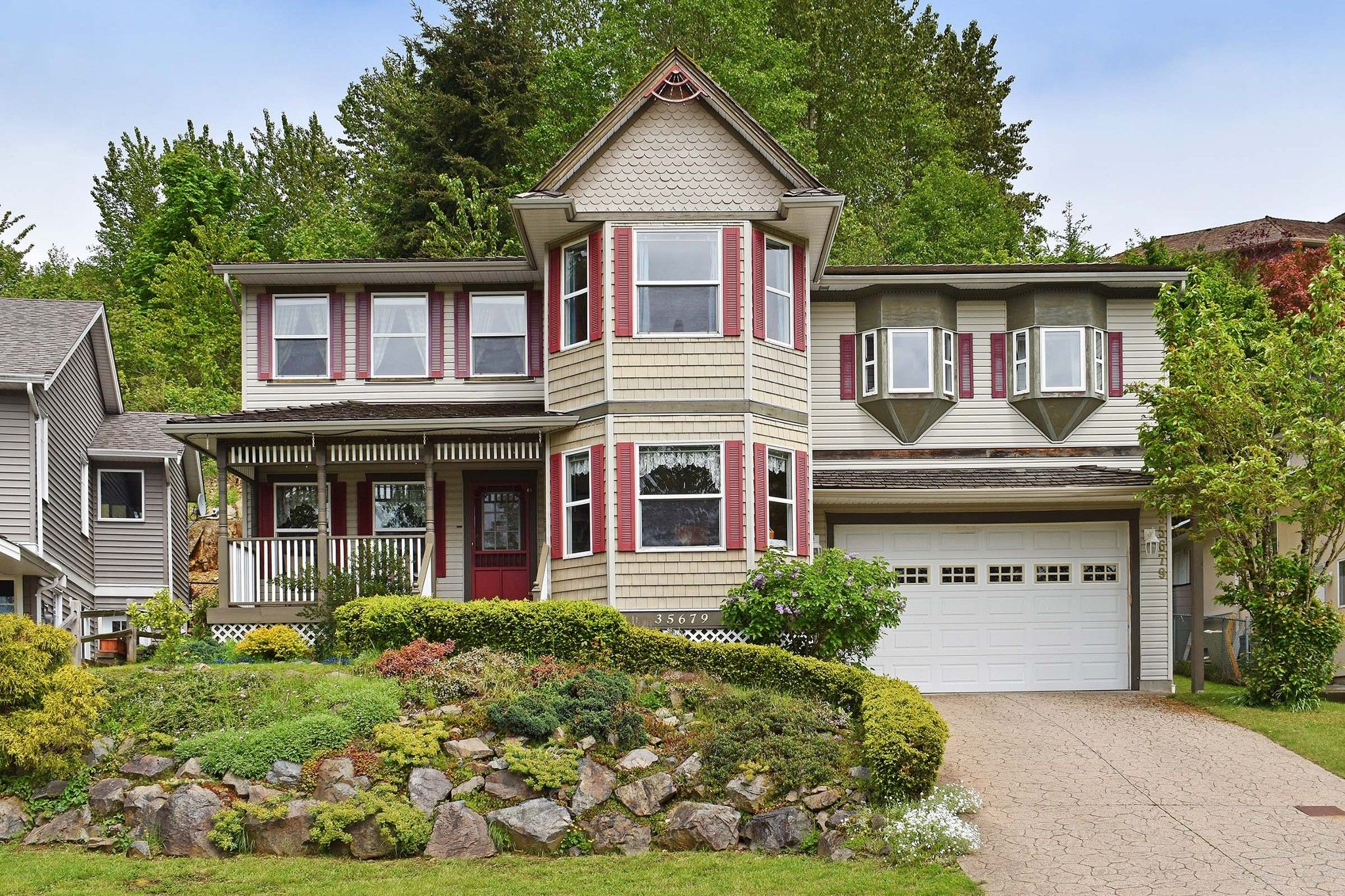 """Main Photo: 35679 TIMBERLANE Drive in Abbotsford: Abbotsford East House for sale in """"MOUNTAIN VILLAGE"""" : MLS®# R2393387"""