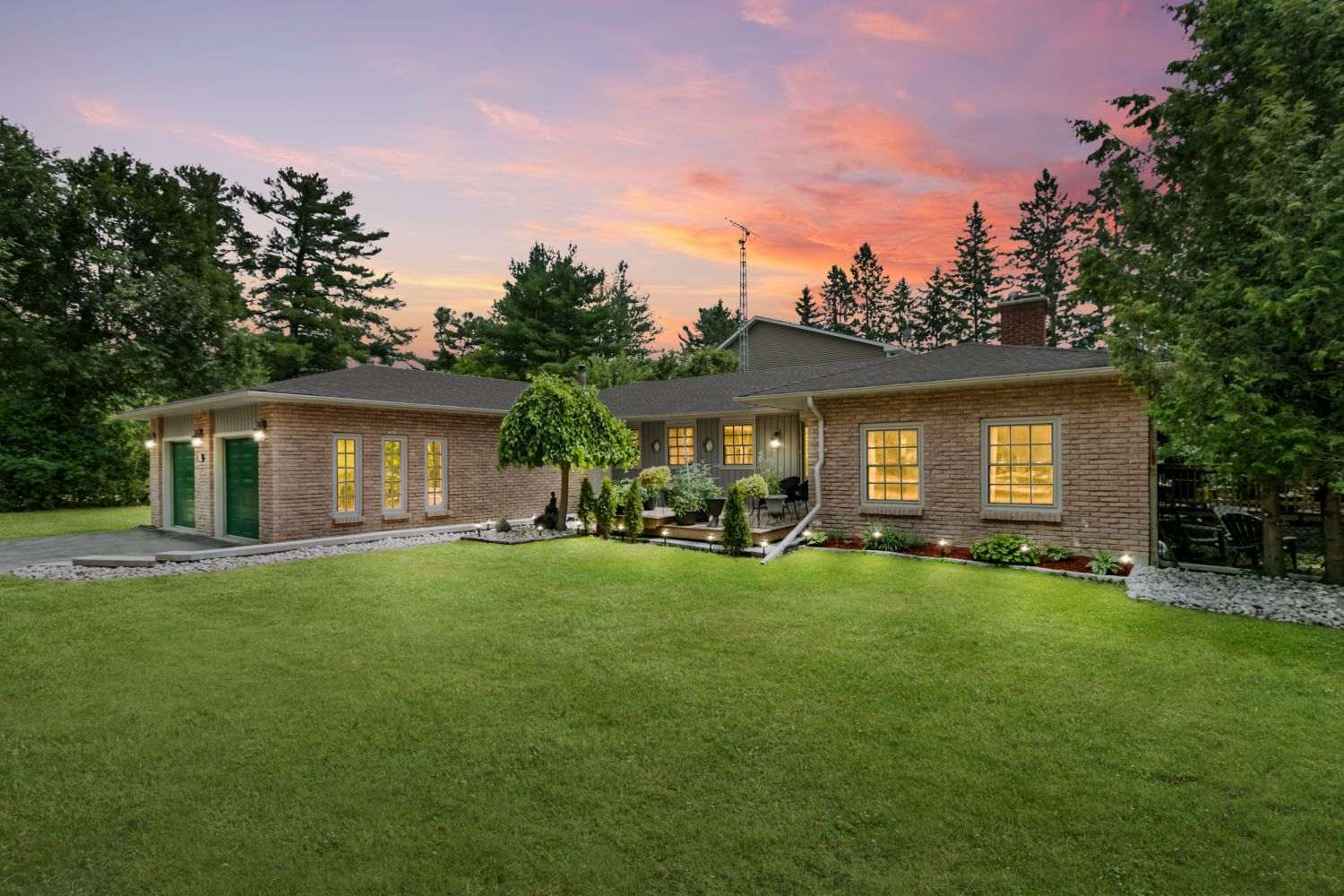 Main Photo: 32 Park Rd in Whitby: Freehold for sale : MLS®# E4827744