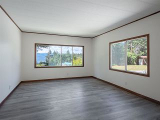 """Photo 8: 7 12248 SUNSHINE COAST Highway in Madeira Park: Pender Harbour Egmont Manufactured Home for sale in """"SEVEN ISLES"""" (Sunshine Coast)  : MLS®# R2604086"""