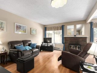 """Photo 2: 2302 10620 150 Street in Surrey: Guildford Townhouse for sale in """"LINCOLNS GATE"""" (North Surrey)  : MLS®# R2449550"""