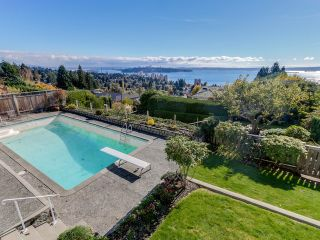 Photo 3: 2550 QUEENS Avenue in West Vancouver: Queens House for sale : MLS®# R2591491