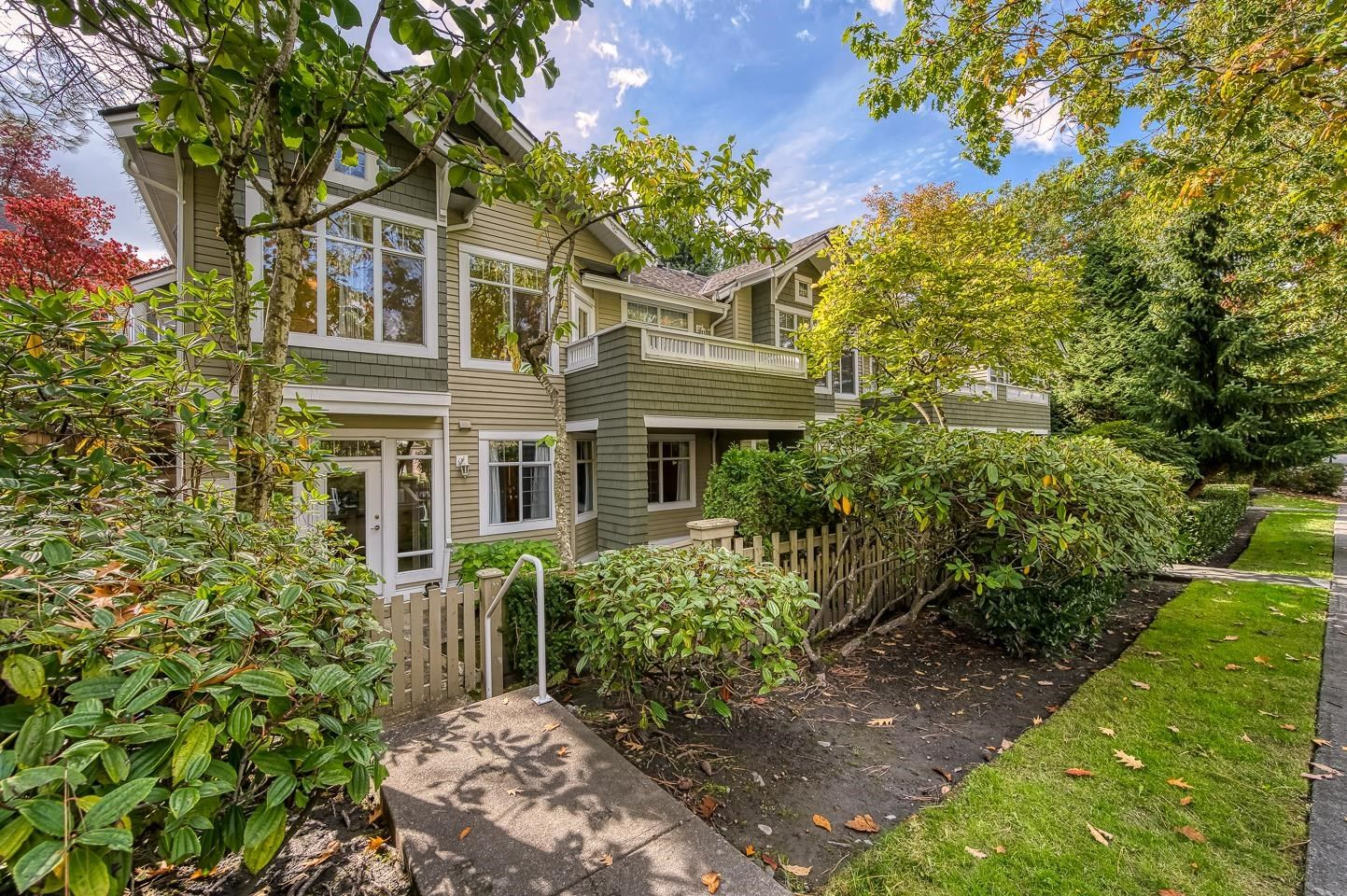 """Main Photo: 10 5240 OAKMOUNT Crescent in Burnaby: Oaklands Townhouse for sale in """"Santa Clara"""" (Burnaby South)  : MLS®# R2622975"""