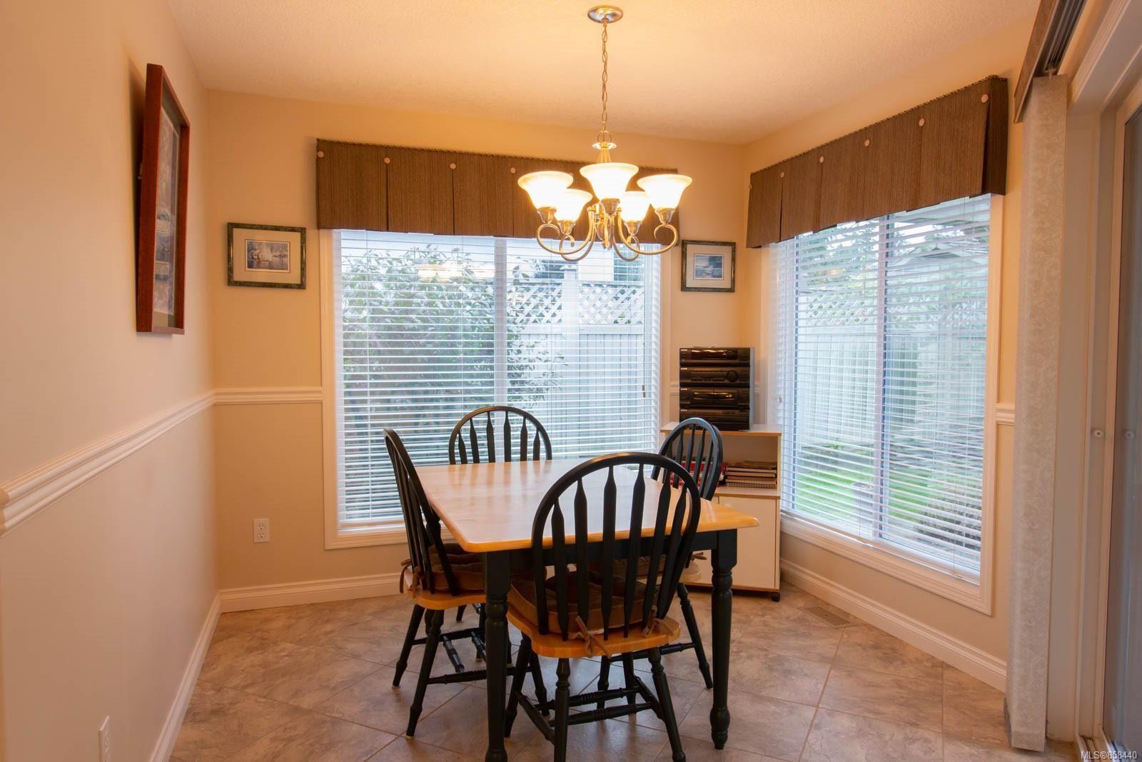 Photo 5: Photos: 798 Devon Pl in : PQ Qualicum Beach House for sale (Parksville/Qualicum)  : MLS®# 858440
