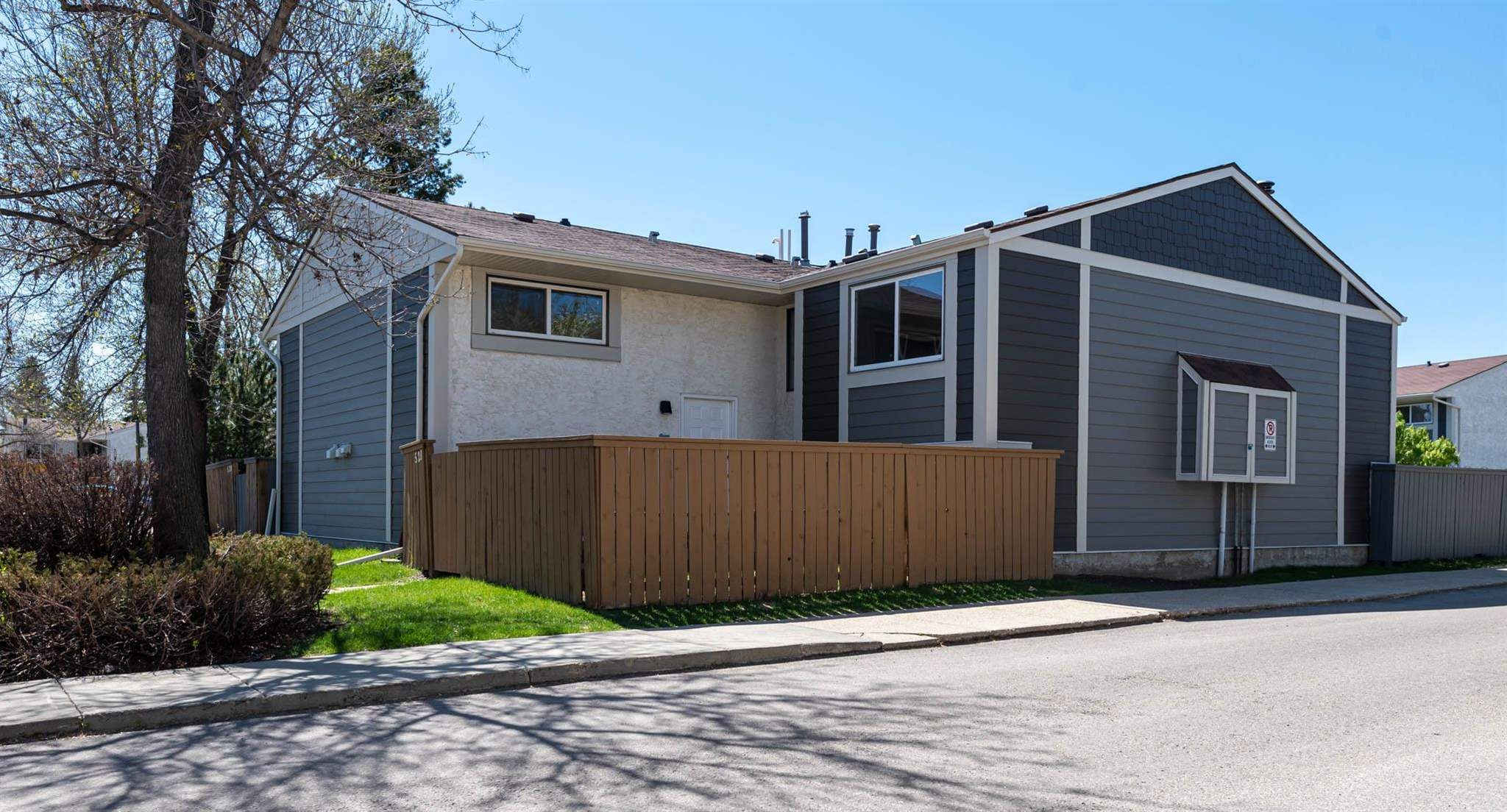 Main Photo: 521 WILLOW Court in Edmonton: Zone 20 Townhouse for sale : MLS®# E4245583