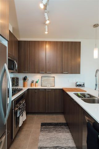 Photo 3: 507 2789 SHAUGHNESSY STREET in Port Coquitlam: Central Pt Coquitlam Condo for sale : MLS®# R2143891