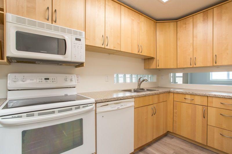 """Main Photo: 12 3250 W 4TH Avenue in Vancouver: Kitsilano Condo for sale in """"3250"""" (Vancouver West)  : MLS®# R2415450"""