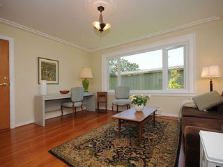 Photo 2: 1392 Rockland Ave in Victoria: Residential for sale (203)  : MLS®# 283459