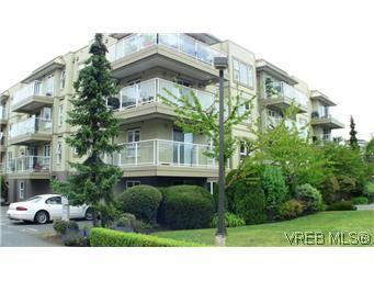 Main Photo: 303 1536 Hillside Ave in VICTORIA: Vi Oaklands Condo for sale (Victoria)  : MLS®# 588583