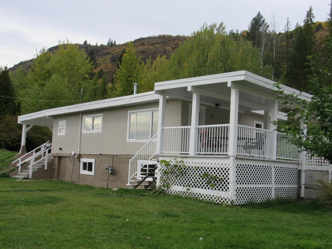 Main Photo: 950A 12TH AVENUE in Montrose: House for sale : MLS®# 2461481