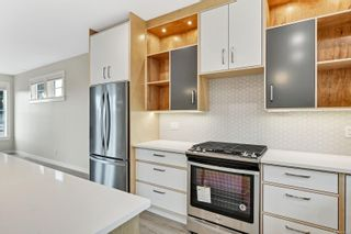 Photo 4: 4 3103 Washington Ave in : Vi Burnside House for sale (Victoria)  : MLS®# 870331