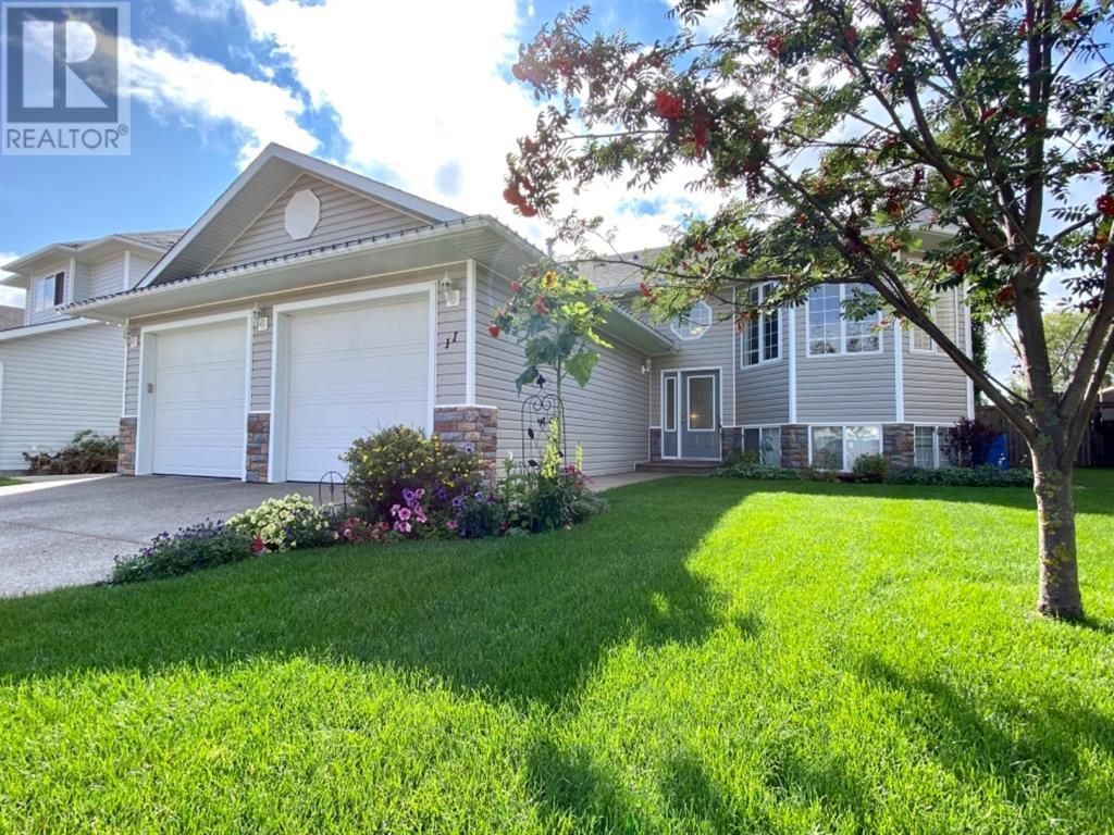 Main Photo: 11 Park Circle in Whitecourt: House for sale : MLS®# A1141088