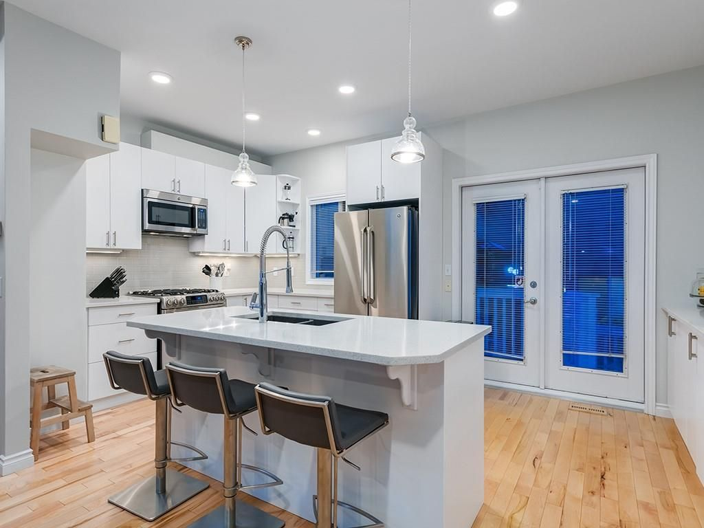 Main Photo: 415 20 Street NW in Calgary: Hillhurst Row/Townhouse for sale : MLS®# A1106275
