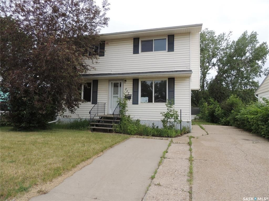 Main Photo: 717 George Street in Estevan: Hillside Residential for sale : MLS®# SK813523