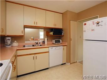 Photo 8: Photos: 111 1490 Garnet Rd in VICTORIA: SE Cedar Hill Condo for sale (Saanich East)  : MLS®# 575879