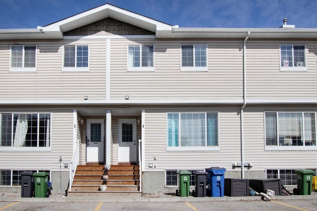 Main Photo: 4 304 Ross Avenue: Cochrane Row/Townhouse for sale : MLS®# A1090345