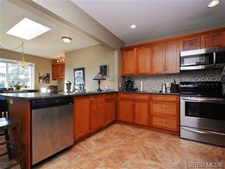 Photo 4: 1055 Nicholson St in VICTORIA: SE Lake Hill House for sale (Saanich East)  : MLS®# 721452