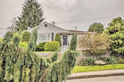 """Main Photo: 802 BURNABY Street in New Westminster: The Heights NW House for sale in """"THE HEIGHTS"""" : MLS®# R2165515"""