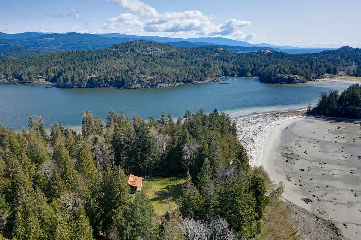 Main Photo: 135 HAIRY ELBOW Road in Seymour: Halfmn Bay Secret Cv Redroofs House for sale (Sunshine Coast)  : MLS®# R2556718