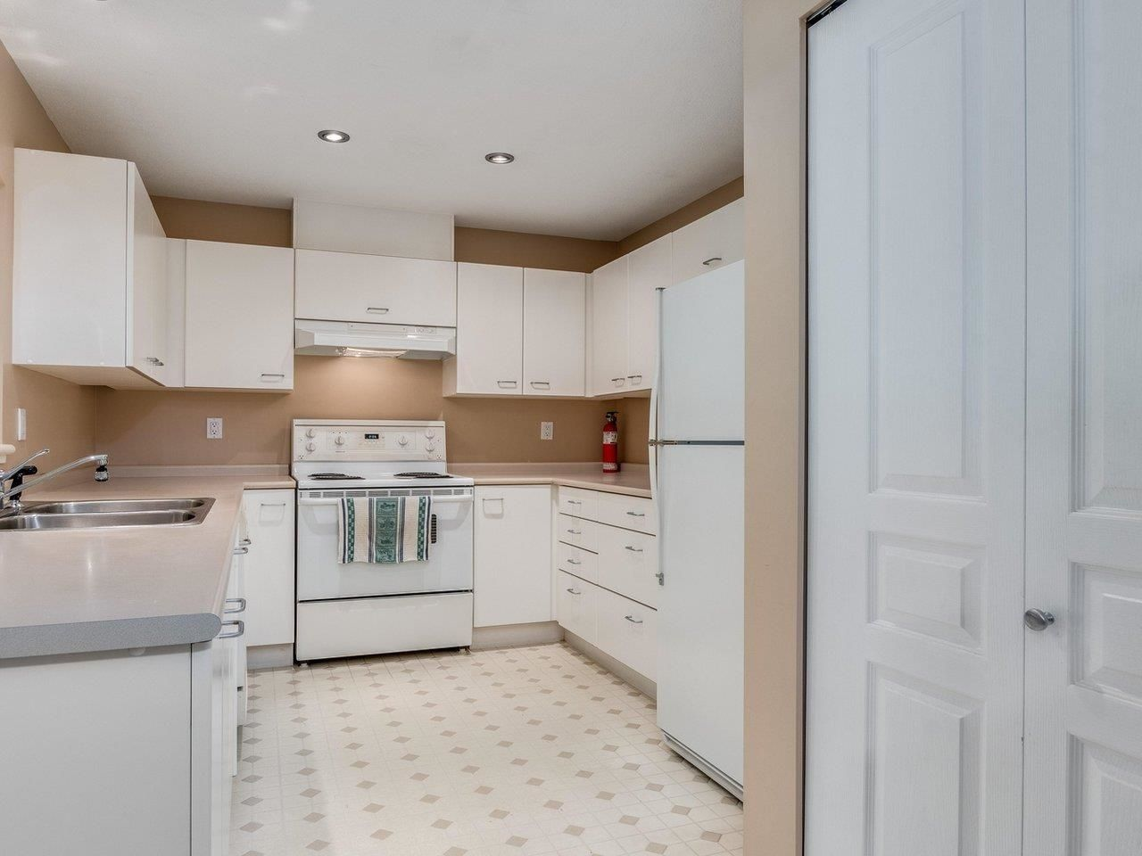 """Photo 13: Photos: 320 1252 TOWN CENTRE Boulevard in Coquitlam: Canyon Springs Condo for sale in """"The Kennedy"""" : MLS®# R2595291"""