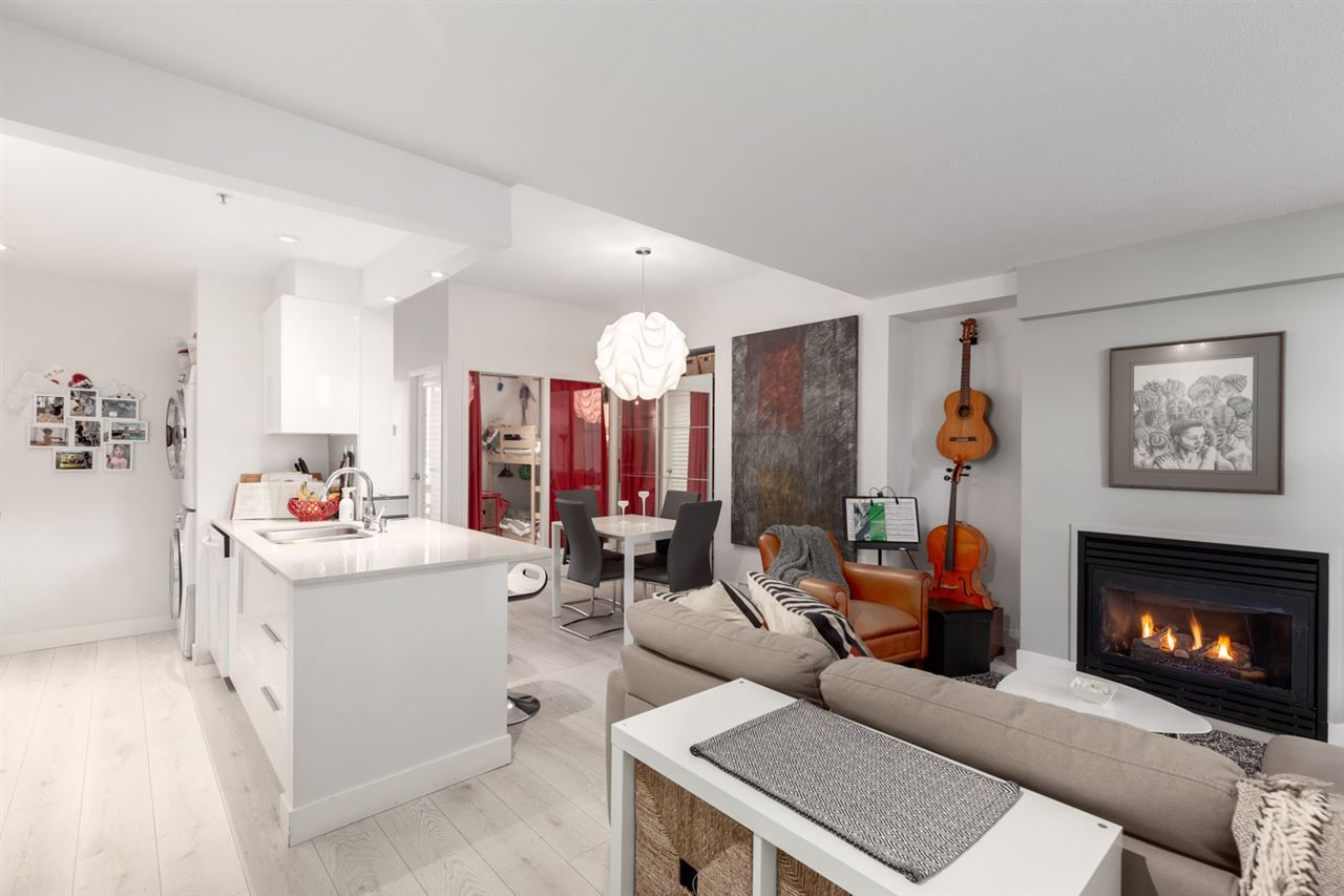 """Main Photo: GR-3J 1077 MARINASIDE Crescent in Vancouver: Yaletown Condo for sale in """"Marinaside Resort"""" (Vancouver West)  : MLS®# R2420245"""