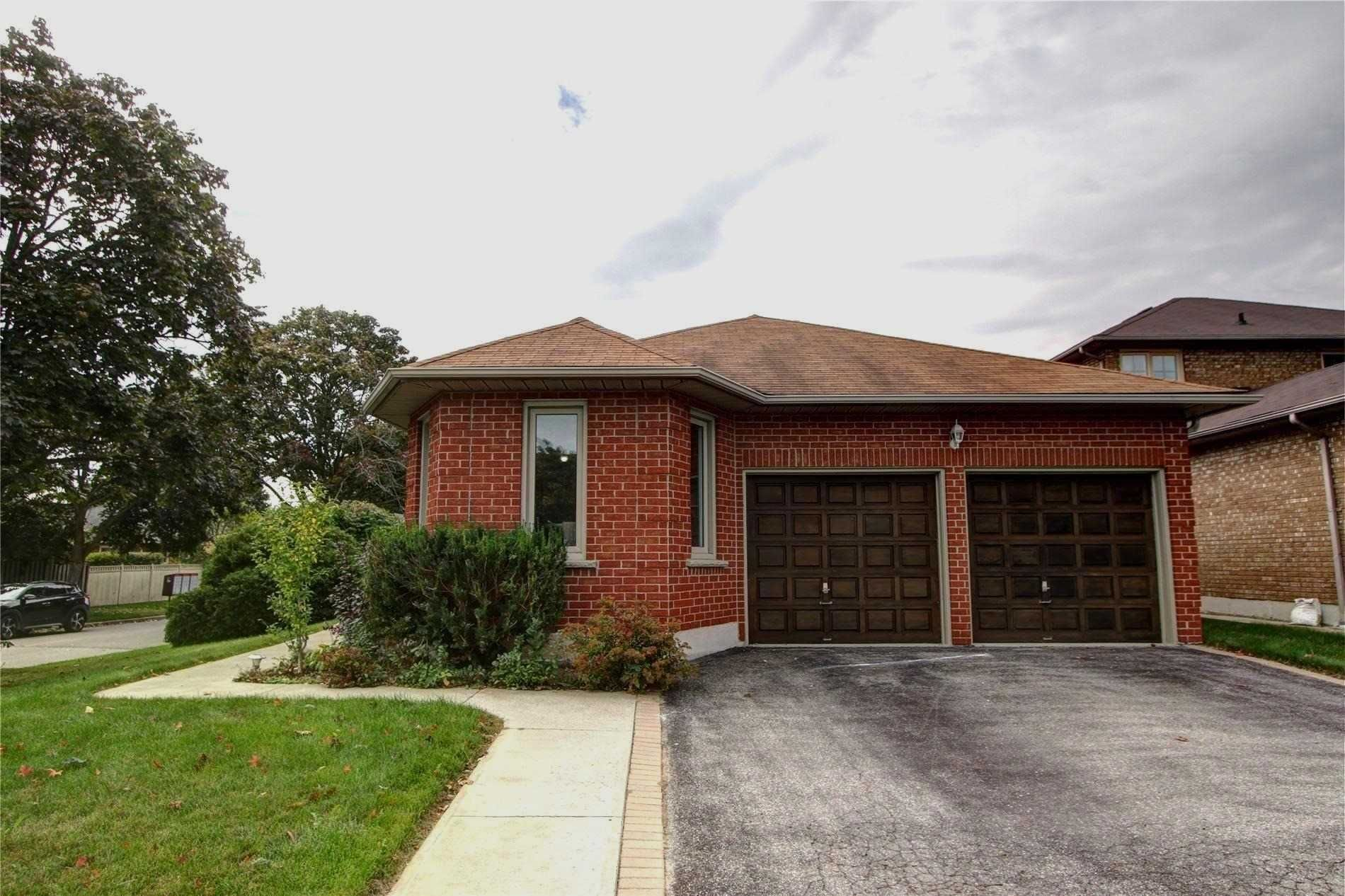 Main Photo: 2 Wyndfield Crescent in Whitby: Freehold for sale : MLS®# E4591604