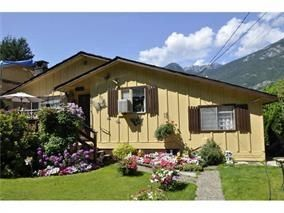 Photo 1: 38841 GAMBIER Avenue in Squamish: Dentville House for sale : MLS®# R2087171