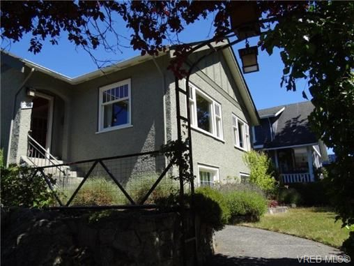 Main Photo: 1704 Hollywood Cres in VICTORIA: Vi Fairfield East House for sale (Victoria)  : MLS®# 648626