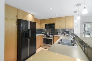 """Photo 7: 2411 W 1ST Avenue in Vancouver: Kitsilano Townhouse for sale in """"BAYSIDE MANOR"""" (Vancouver West)  : MLS®# R2408792"""