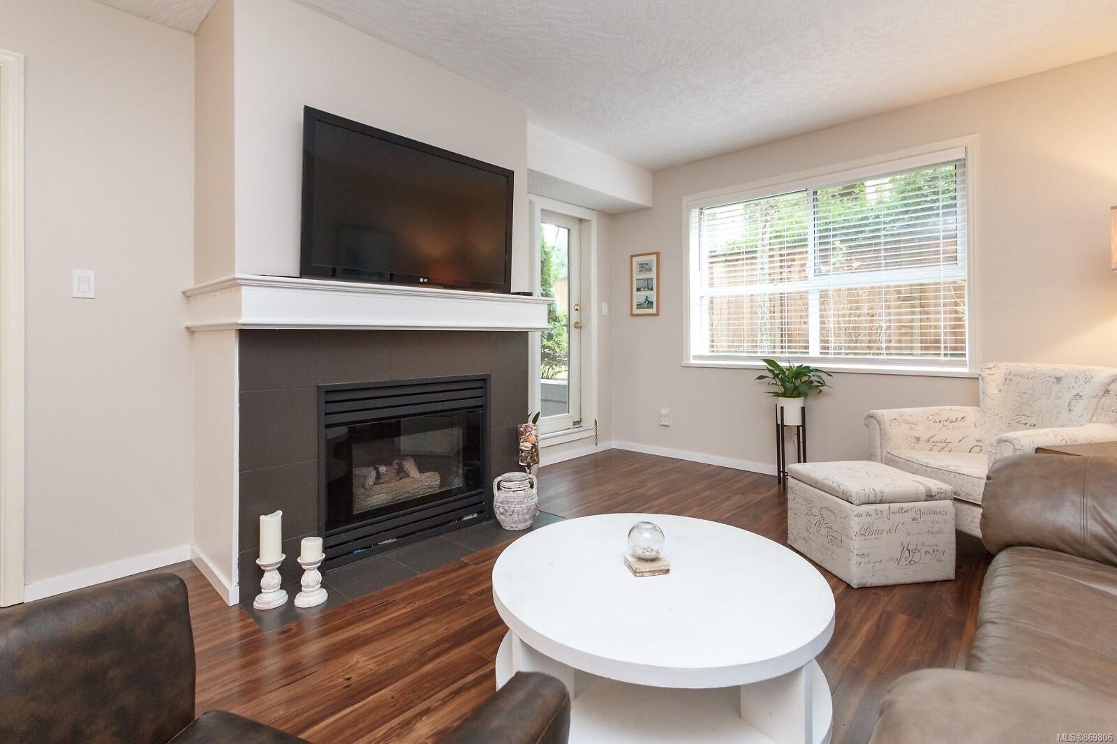 Main Photo: 104 1014 Rockland Ave in Victoria: Vi Rockland Condo for sale : MLS®# 869806
