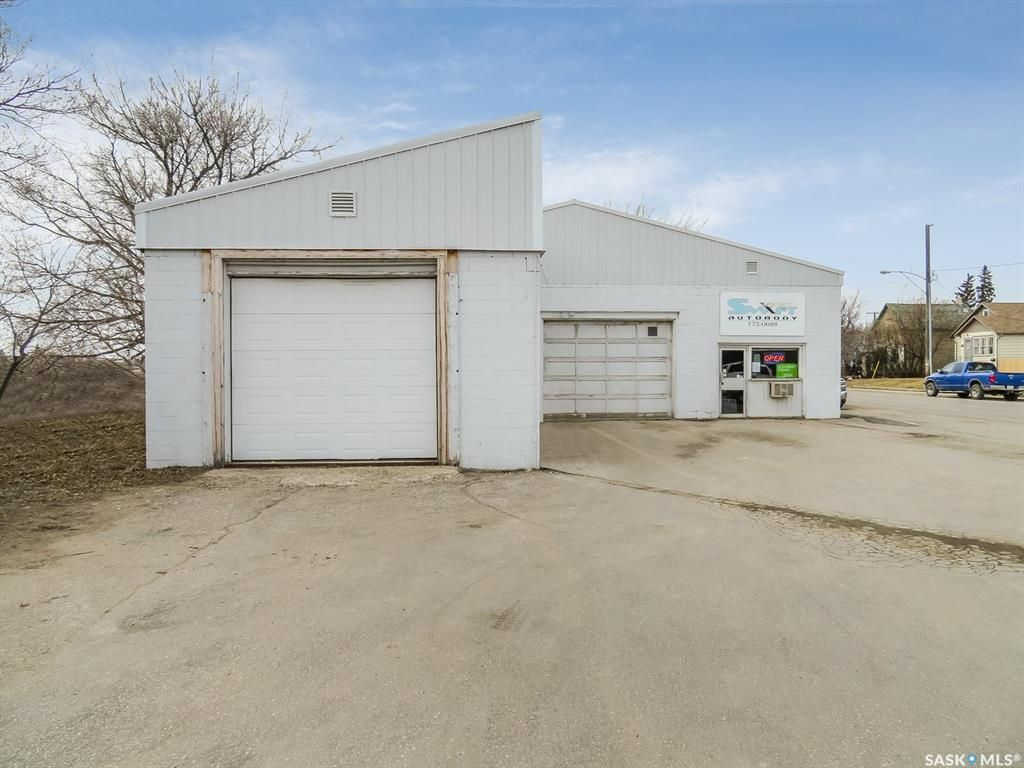 Main Photo: 850 North Railway Street East in Swift Current: Industrial NE Commercial for sale : MLS®# SK855830