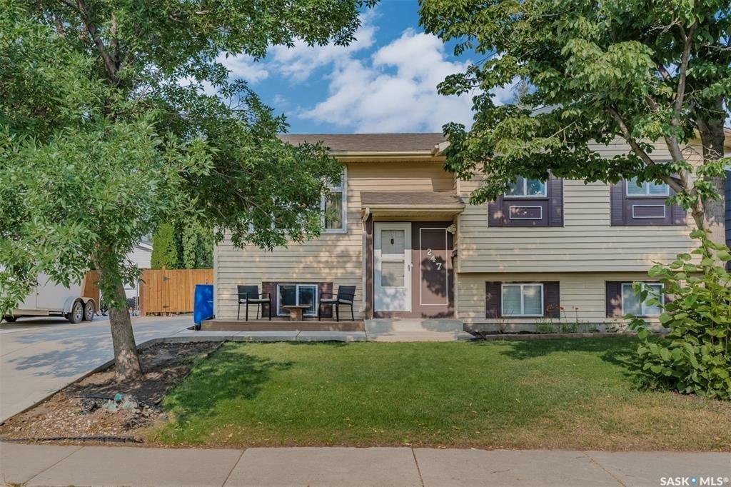 Main Photo: 247 Davies Road in Saskatoon: Silverwood Heights Residential for sale : MLS®# SK866077