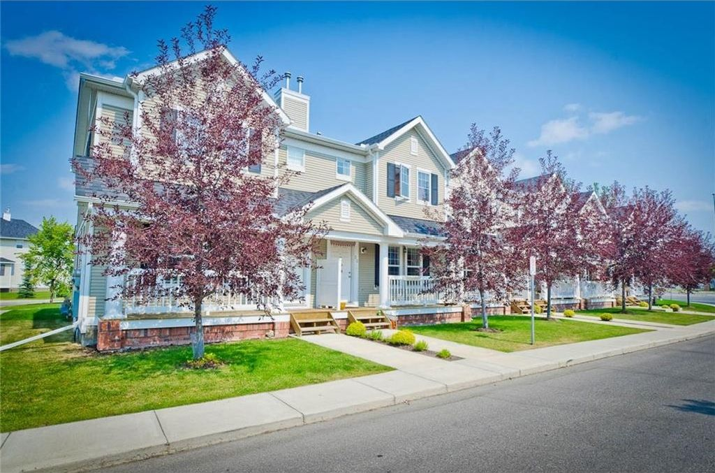 Welcome to 26 Country Village Gate NE.  Live functionally and live maintenance free.